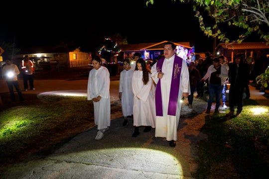 El Padre Carlos Ramirez Reyes, sacerdote de la iglesia católica Our Lady of Guadalupe, encabeza una procesión durante la primera noche de Las Posadas el domingo 16 de diciembre de 2018 en Immokalee.