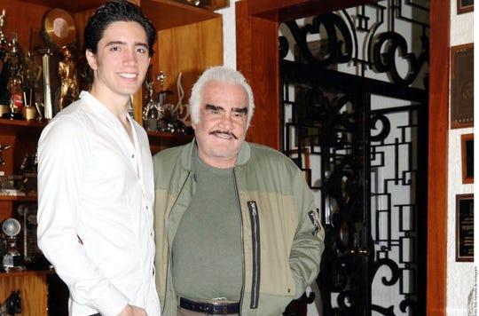 Álex Fernández Jr. junto a su abuelo Vicente Fernández.