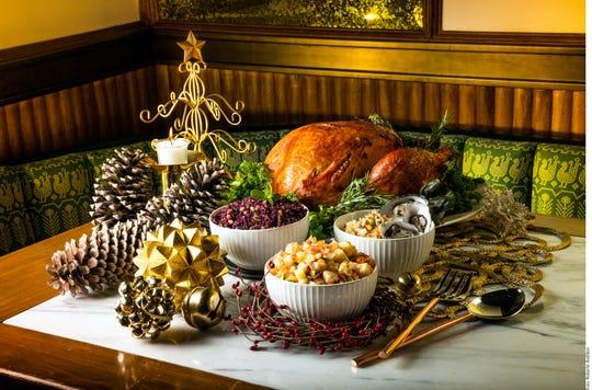 Absorber los jugos y sabores del ave es el principio básico detrás del relleno; las preparaciones de antaño incluían pan, salvia, tomillo y cebolla, además de mantequilla.