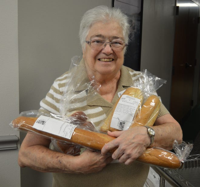 Carol Mershon makes sure everyone at the 2018 Community Thanksgiving Dinner went home with a free loaf of bread donated by Publix Supermarkets.