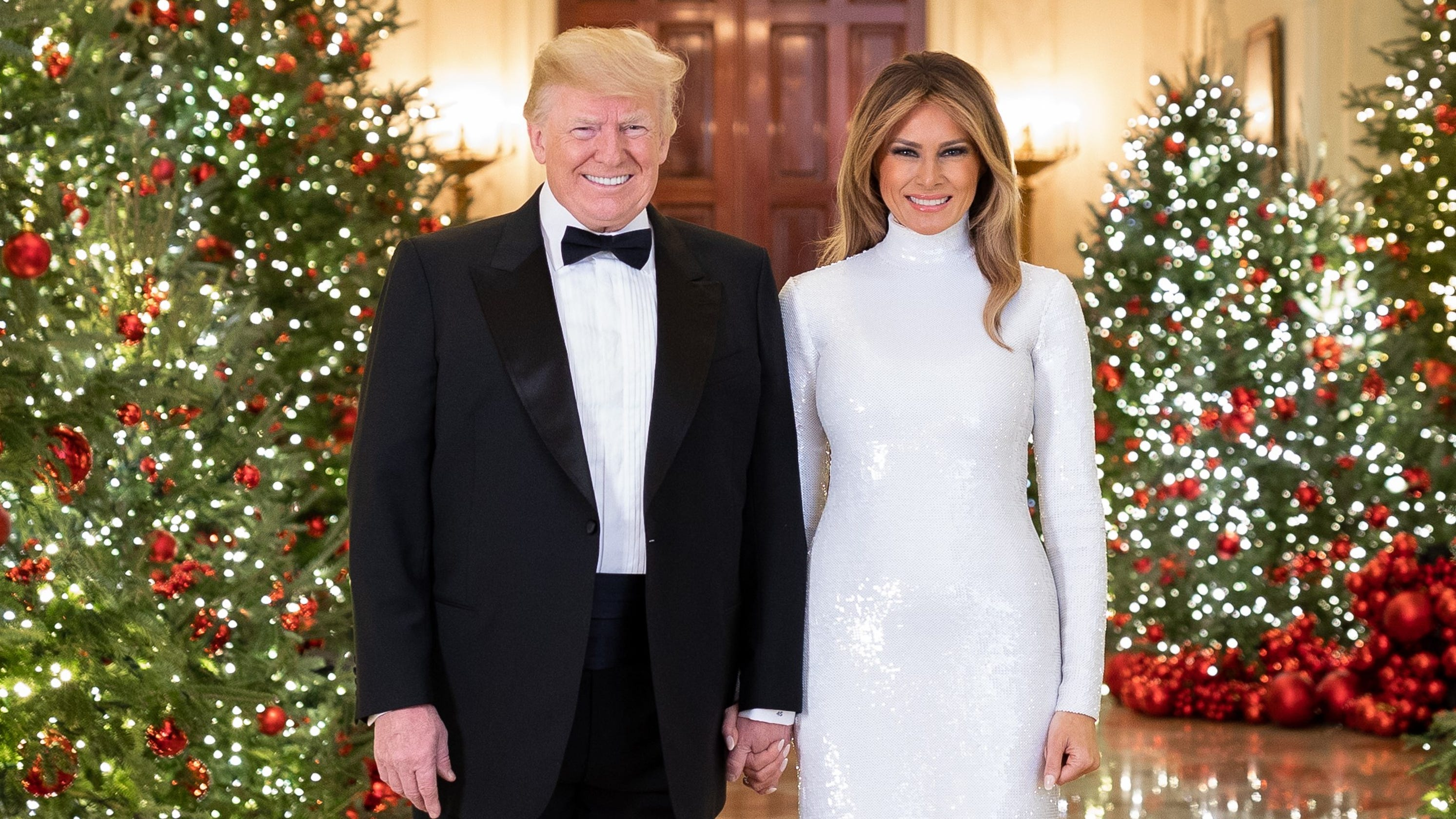 Melania Trump White House Christmas.Donald Trump Melania Hold Hands In Official Christmas Portrait