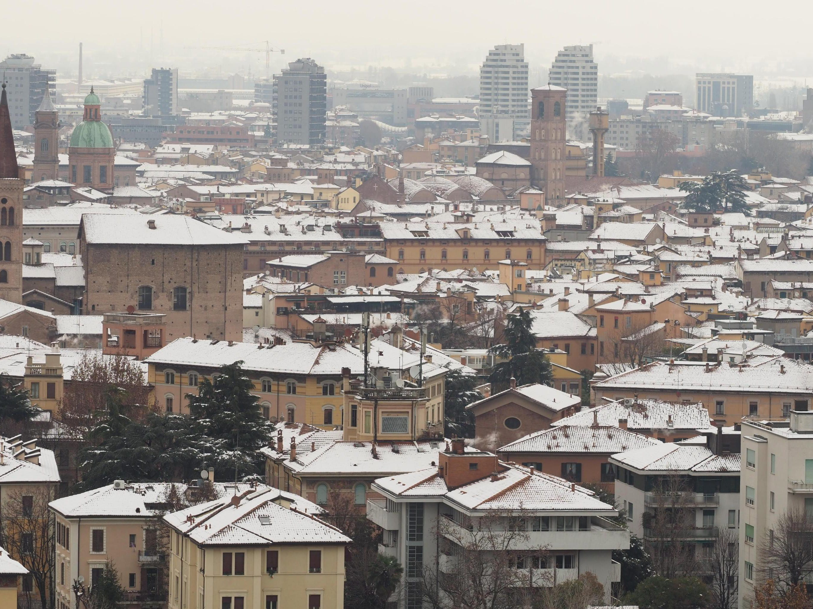 epa07237282 A general view of snow-covered buildings after snowfall in in Bologna, Italy, 17 December 2018.  EPA-EFE/GIORGIO BENVENUTI