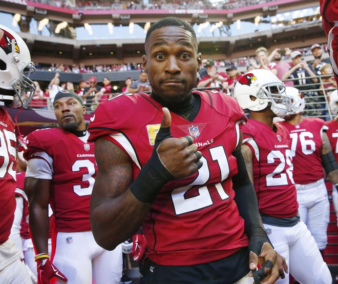 Arizona Cardinals cornerback Patrick Peterson (21) give s thumbs up before playing against the Oakland Raiders Nov. 18th at State Farm Stadium.