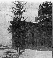 The Binghamton Municipal Christmas tree at the Courthouse in December 1914.