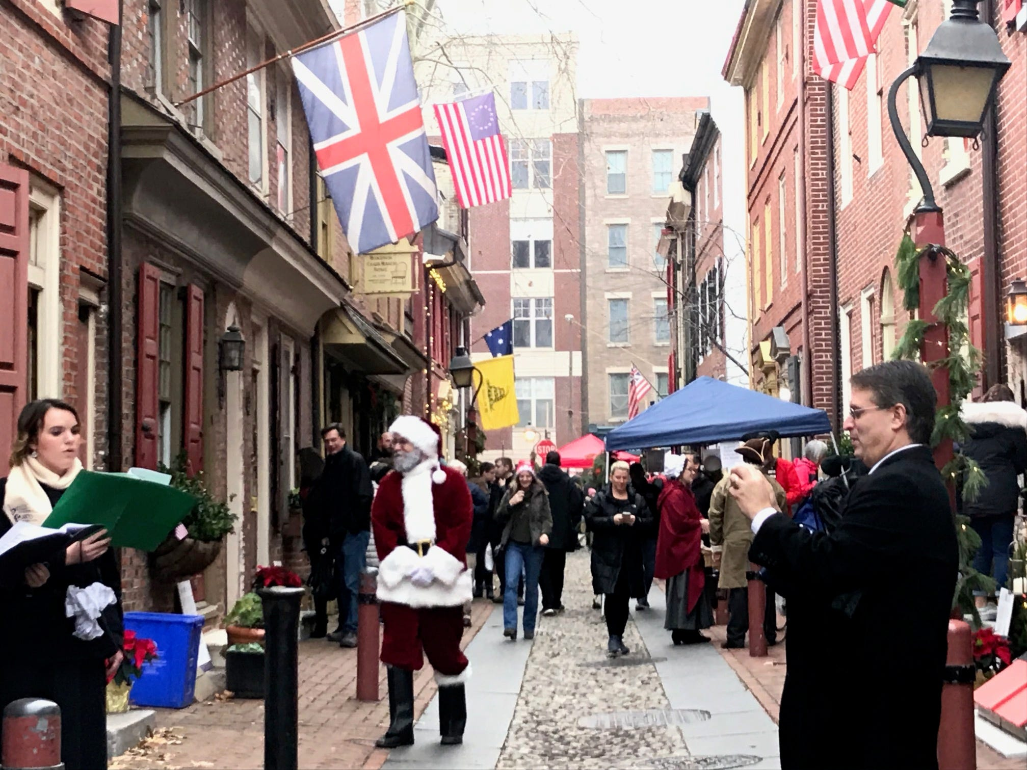 """Though visitors stroll downElfreth's Alley every day,the oldest continuousresidential street in America opens its doors and letthe public inside their one-of-a-kindhomes only twice a year — for """"Deck The Alley"""" in December and """"Fete Day"""" in June, always the first Saturdays ofthe months.MyCentralJersey.com was able to get an exclusive behind-the-scenes look at the homes from Elfreth's Alley resident Sheri Watson, who grew up in East Brunswick."""