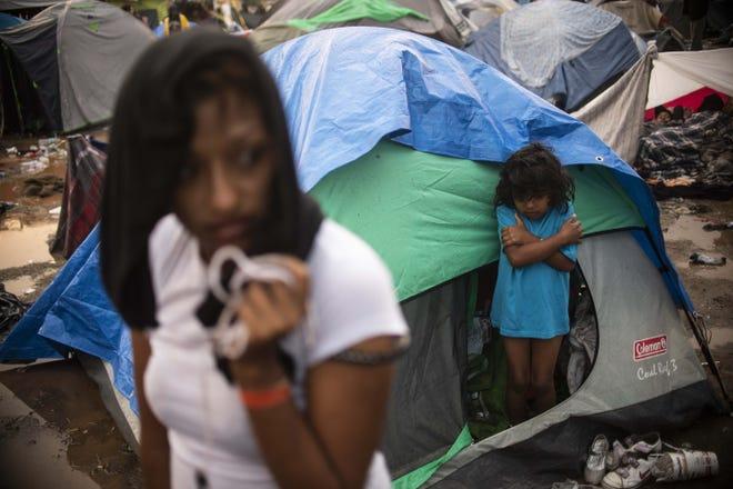 Niños migrantes acampan en Tijuana.