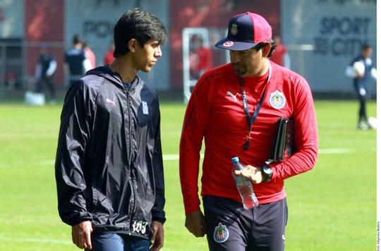 José Saturnino Cardozo, D.T. de Chivas, conversa con uno de sus jugadores.