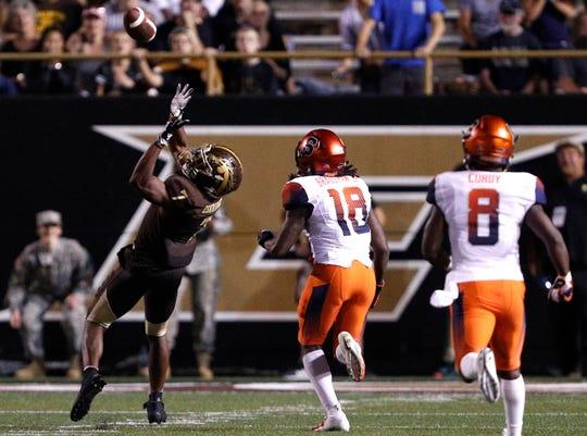 Aug 31, 2018; Kalamazoo, MI, USA; Western Michigan Broncos wide receiver D'Wayne Eskridge (7) makes a catch against Syracuse Orange defensive back Scoop Bradshaw (18) during the third quarter at Waldo Stadium. Mandatory Credit: Raj Mehta-USA TODAY Sports