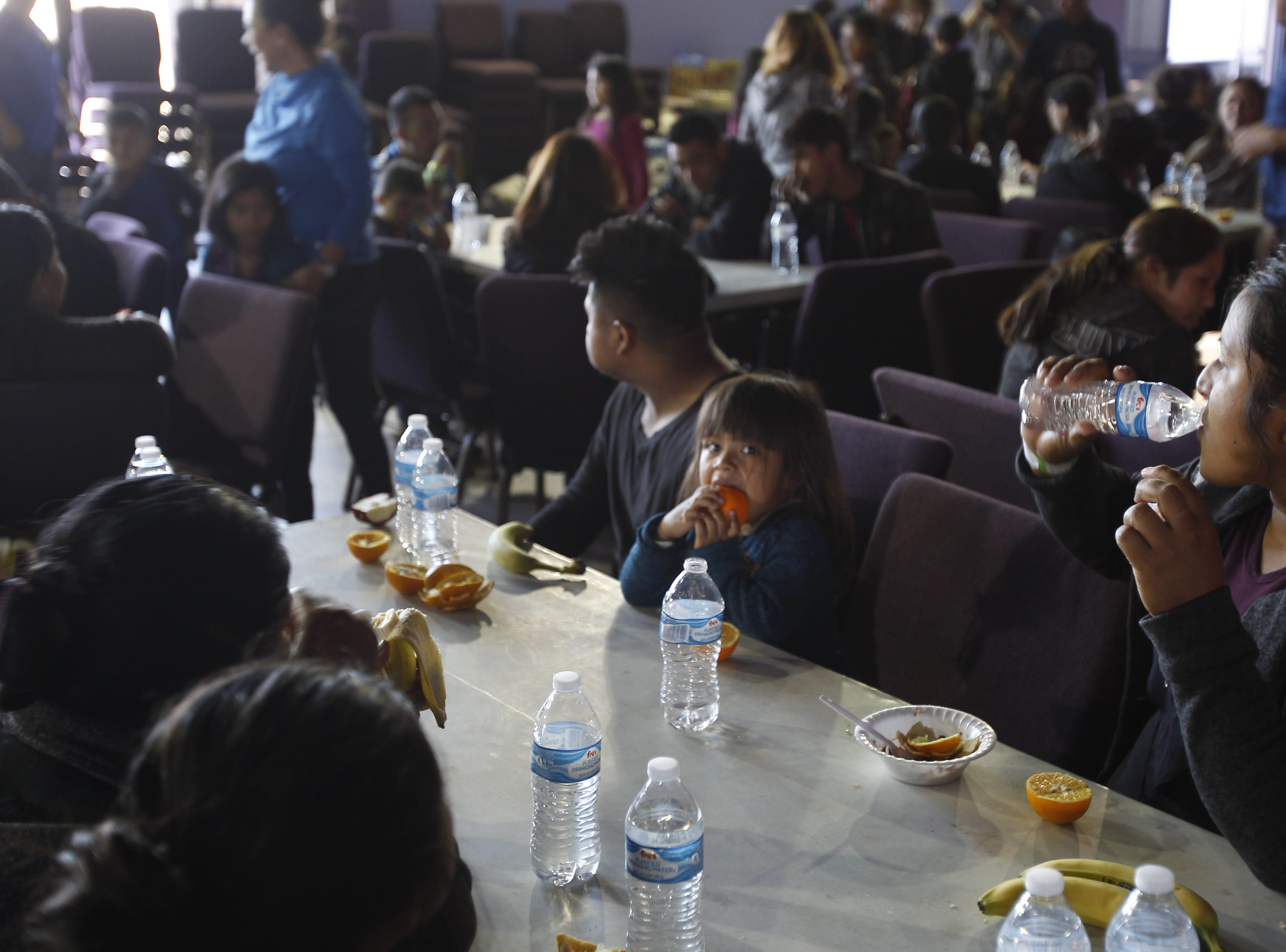 La iglesia La Hermosa da techo, comida y ropa a cientos de migrantes que fueron liberados por ICE en Arizona, y buscan reunirse con sus familiares