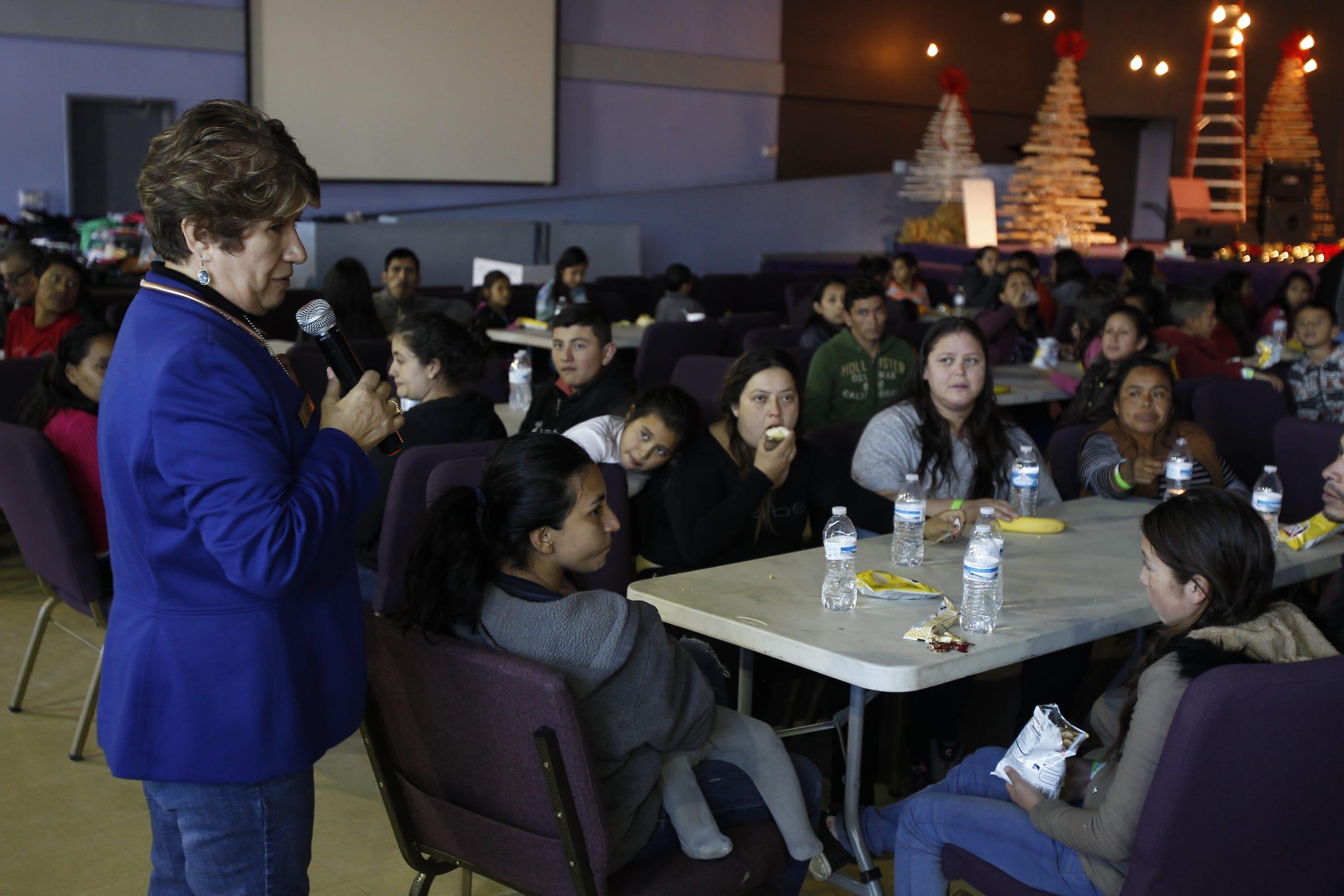 La pastora Magdalena Schwartz dirige un mensaje a los migrantes en la iglesia La Hermosa en sur Phoenix.