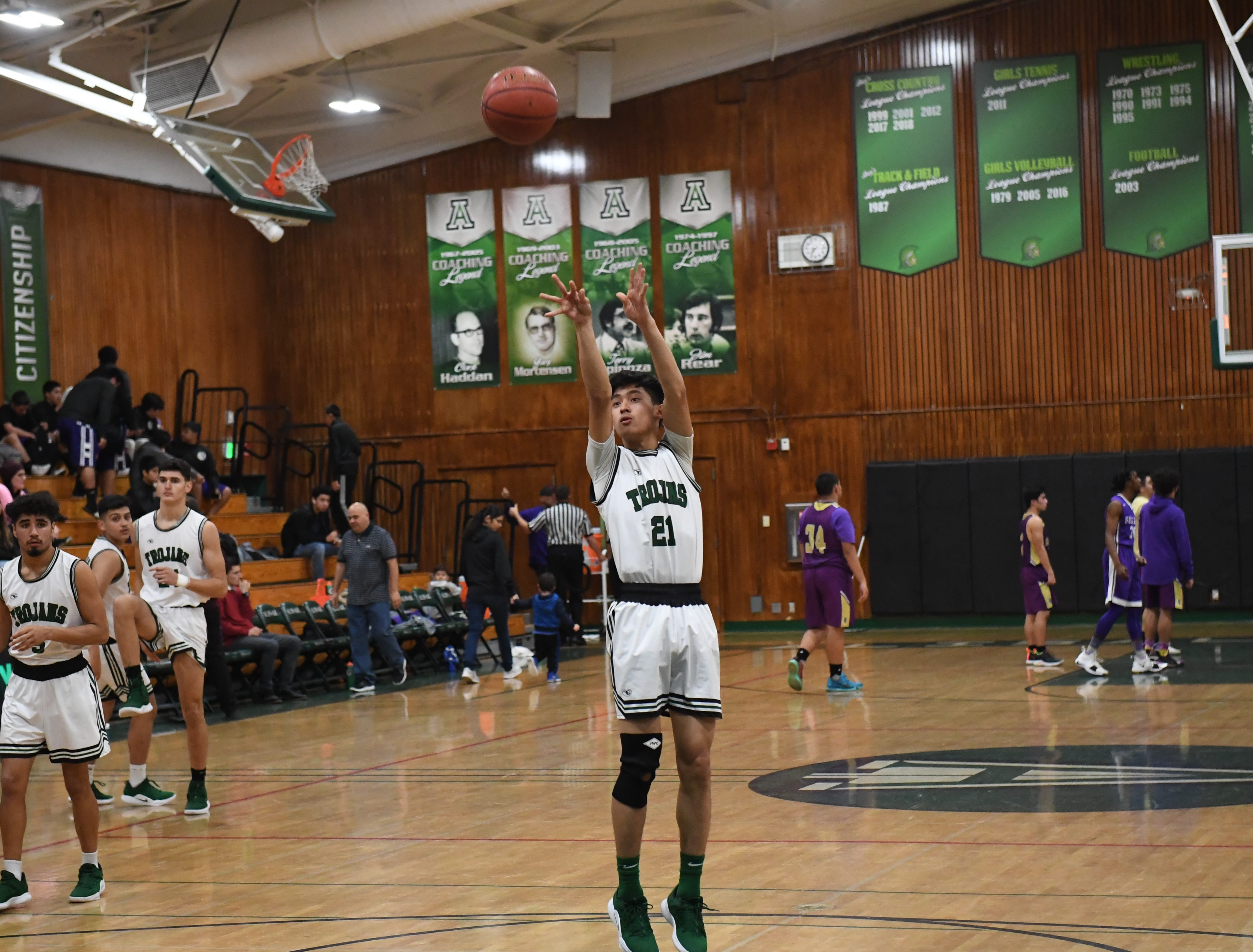 Alisal guard Shawn Vuoung (21) shoots a jumper from the free throw line.