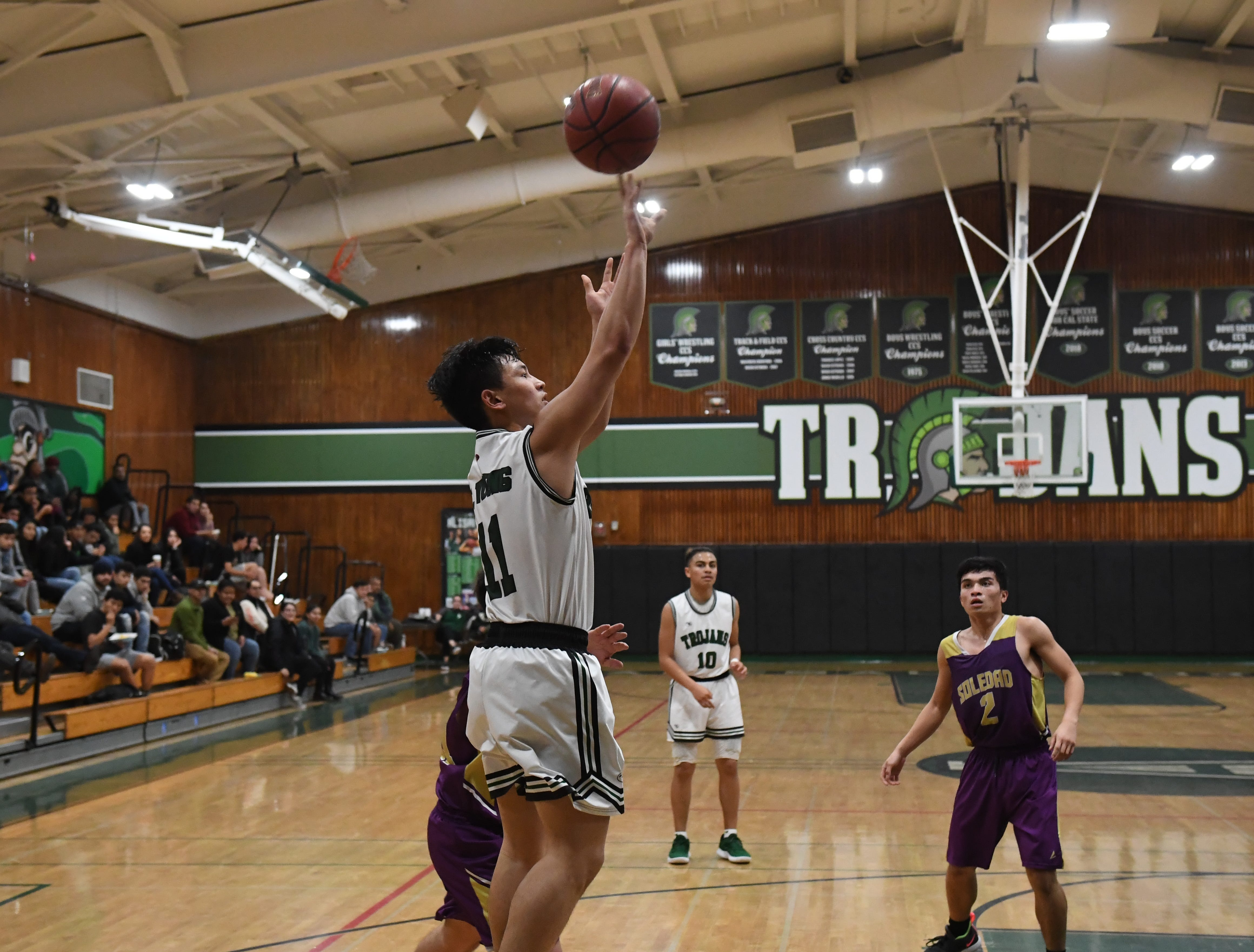 Alisal guard Joshua Vuoung (11) puts up a floater along the baseline.
