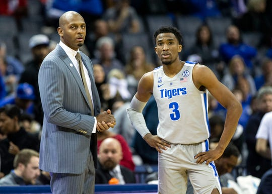 Memphis head coach Penny Hardaway talks to guard Jeremiah Martin (3) during a free throw, Saturday, Dec. 22, 2018.