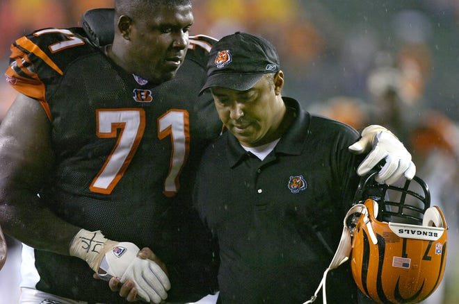 THURSDAY NOVEMBER 30, 2006  BENGALS  SPORTS Willie Anderson, who challenged the Bengals fans prior to the game, walks off the field with his arm around head coach Marvin Lewis after the win. The Cincinnati Bengals beat the AFC Central Division leading Baltimore Ravens 13-7 at Paul Brown Stadium.   The Enquirer/Jeff Swinger