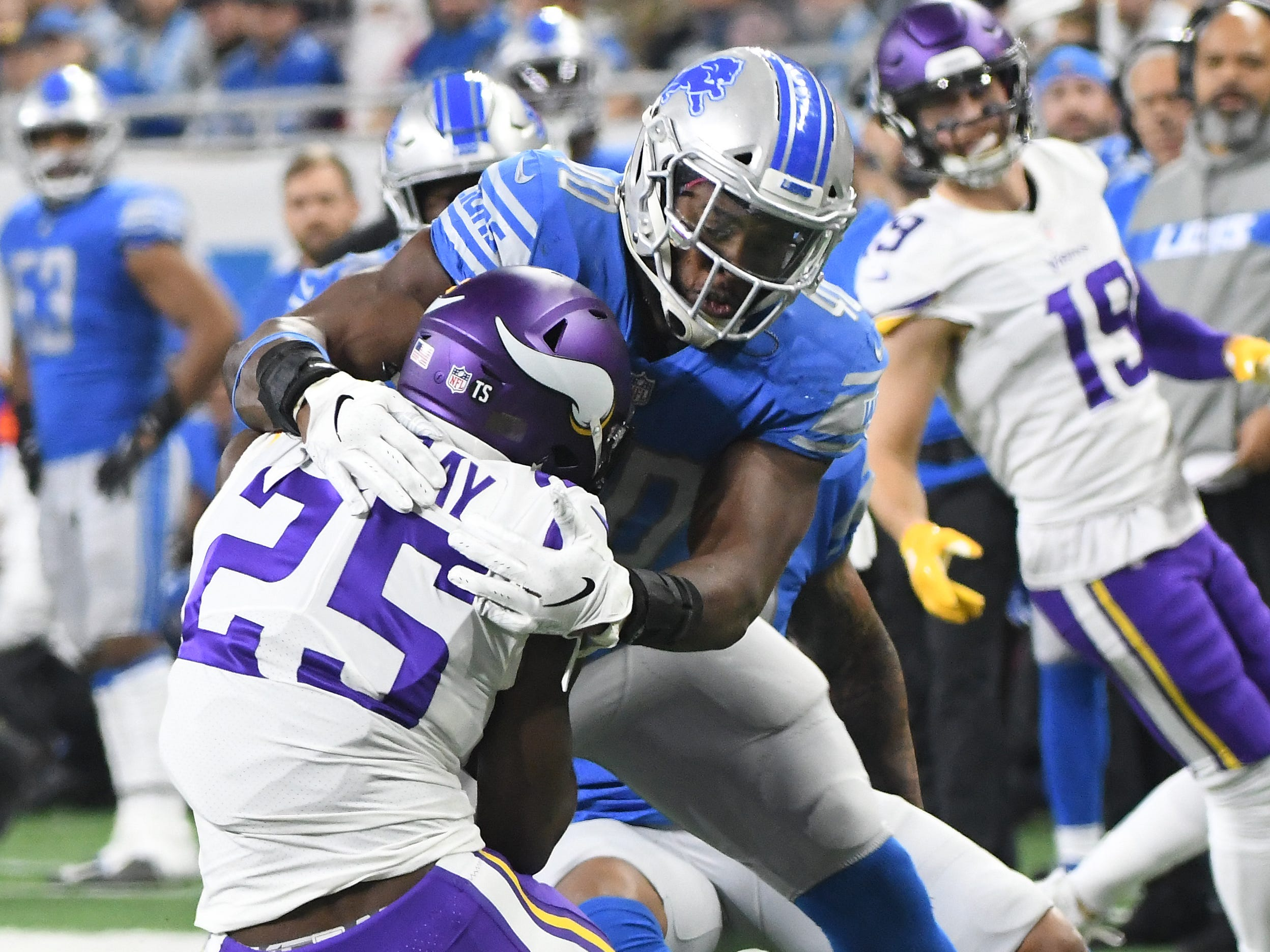 Lions' Jarrad Davis goes after Vikings' running back Latavius Murray in the first quarter.