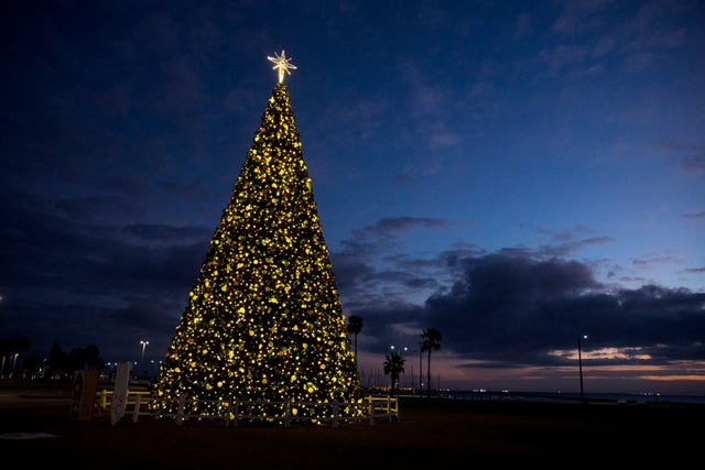 Heb Hours Christmas Eve.250k 66 Foot Tall H E B Christmas Tree Installation
