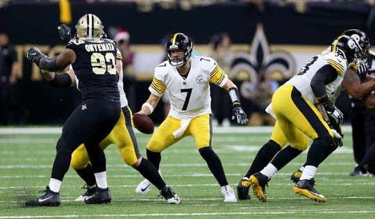Pittsburgh Steelers quarterback Ben Roethlisberger (7) is pressured by New Orleans Saints defensive tackle David Onyemata (93) in the first quarter at the Mercedes-Benz Superdome.