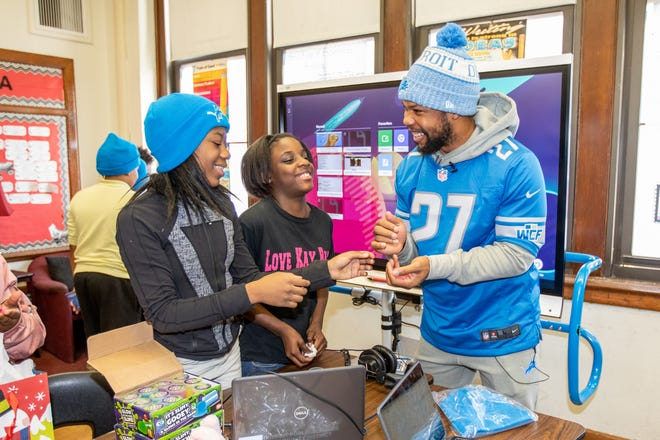 Detroit Lions safety Glover Quin (27) talks with students at Mary McLeod Bethune Elementary-Middle School last week.