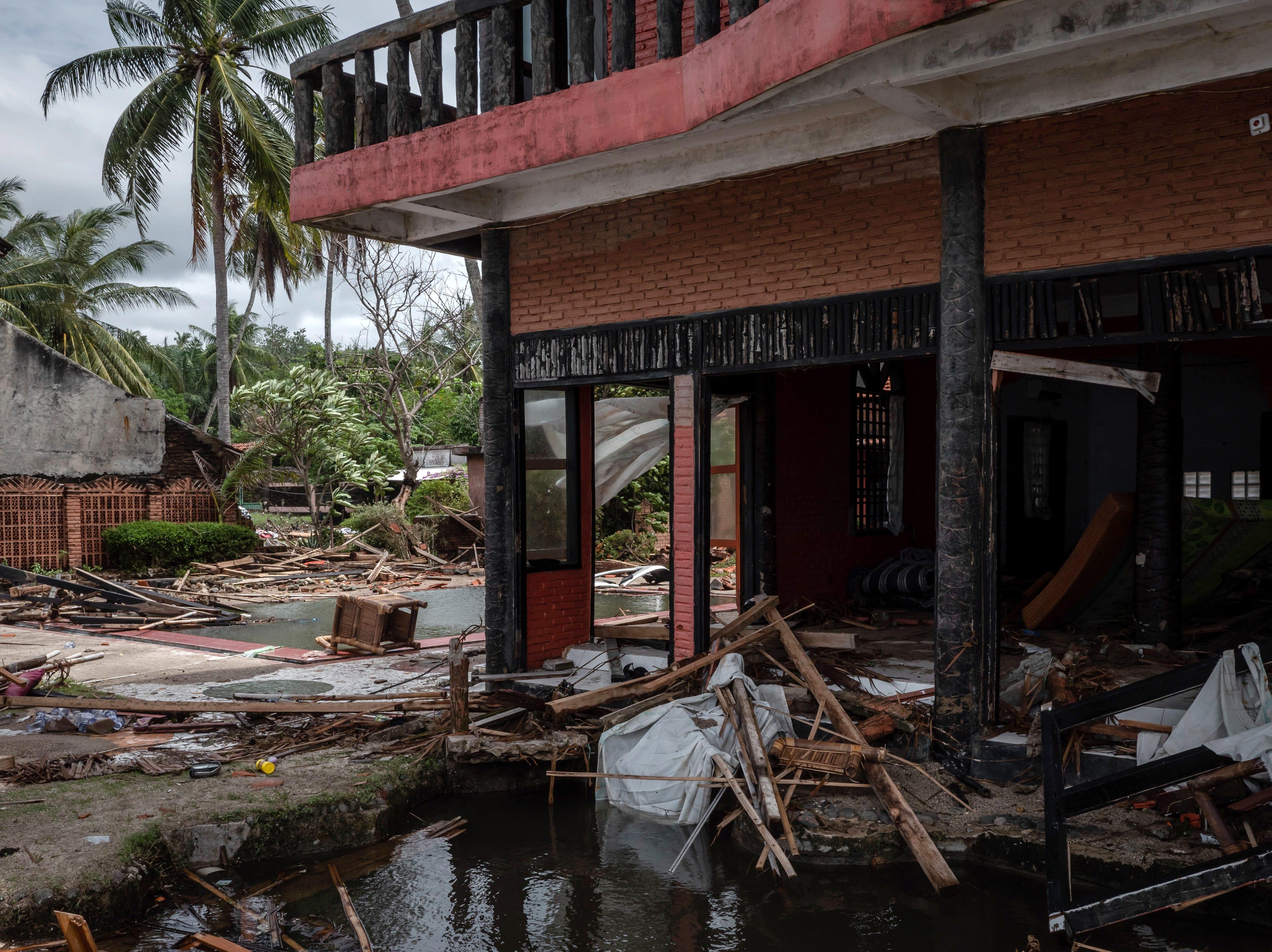 Edificios dañados después de ser golpeados por un tsunami en un hotel resort el 24 de diciembre de 2018 en Carita, provincia de Banten, Indonesia.