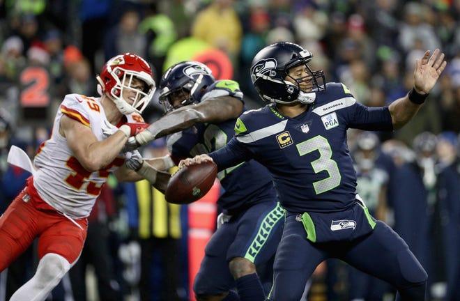 El mariscal de campo Russell Wilson # 3 de los Seattle Seahawks lanza el balón en el último cuarto del juego contra los Kansas City Chiefs en el CenturyLink Field el 23 de diciembre de 2018 en Seattle, Washington.