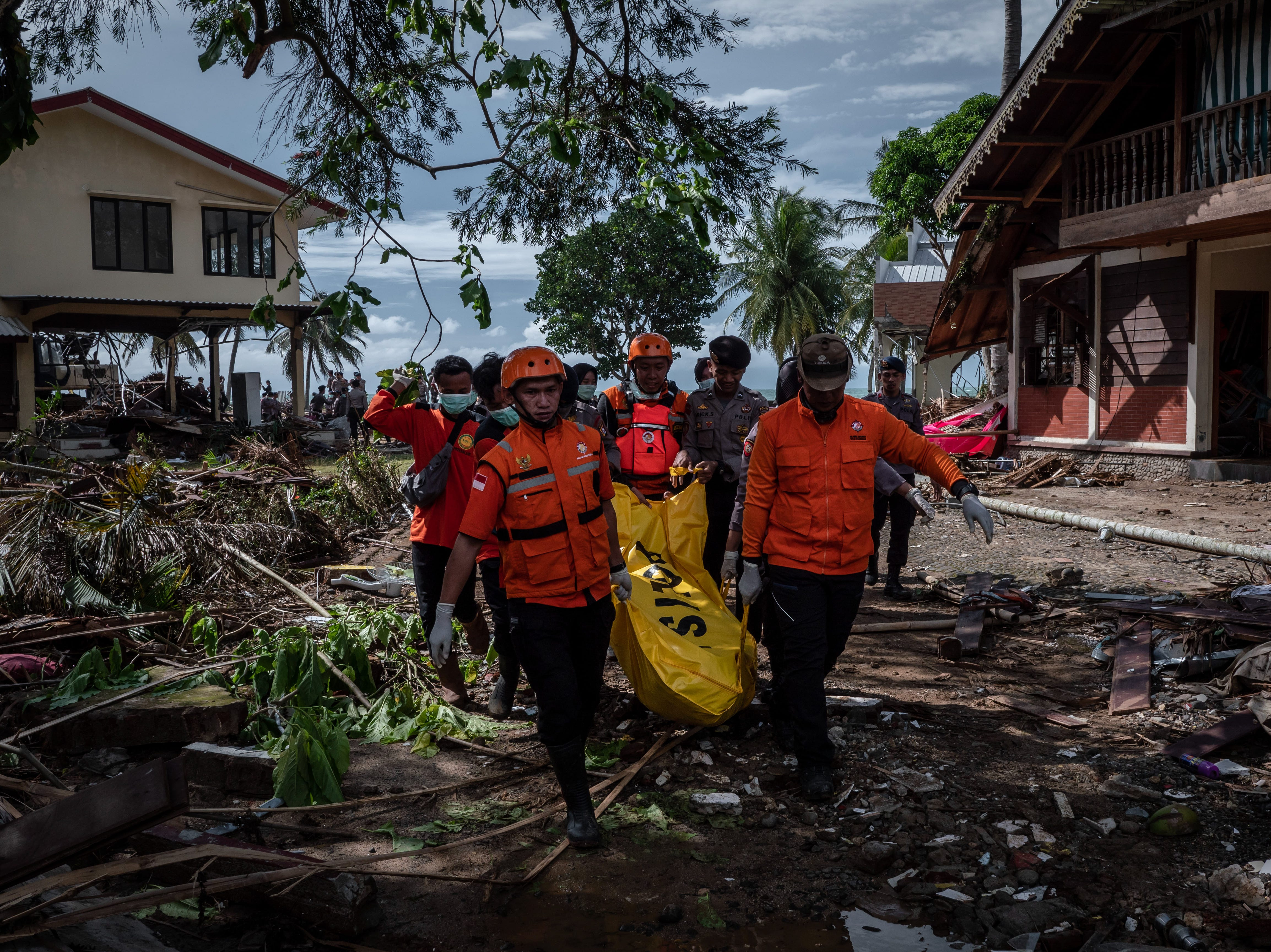 Los trabajadores de rescate recuperan el cuerpo de una víctima del tsunami durante una búsqueda en un hotel resort el 24 de diciembre de 2018 en Carita, provincia de Banten, Indonesia.