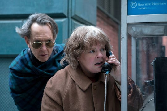 """Richard E. Grant and Melissa McCarthy call in a fake fire in """"Can You Ever Forgive Me?"""""""