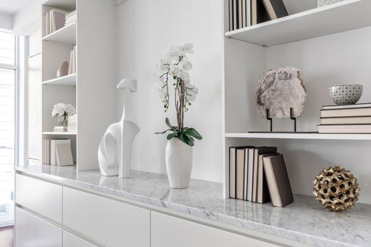 Accessories of the same tone and color make an otherwise plain bookcase shine. (Design Recipes)