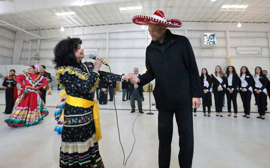 The University of Pittsburg and Stanford University arrived in El Paso Wednesday for their Hyundai Sun Bowl match up. Mariachis and folklorico dancers gave the teams a southwestern welcome at Atlantic Aviation.