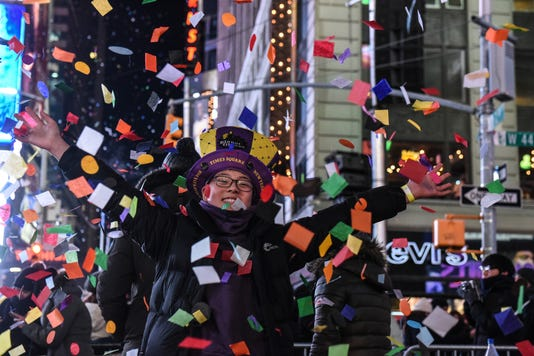 Amid Freezing Temperatures Crowds Celebrate New Year S Eve In Times Square