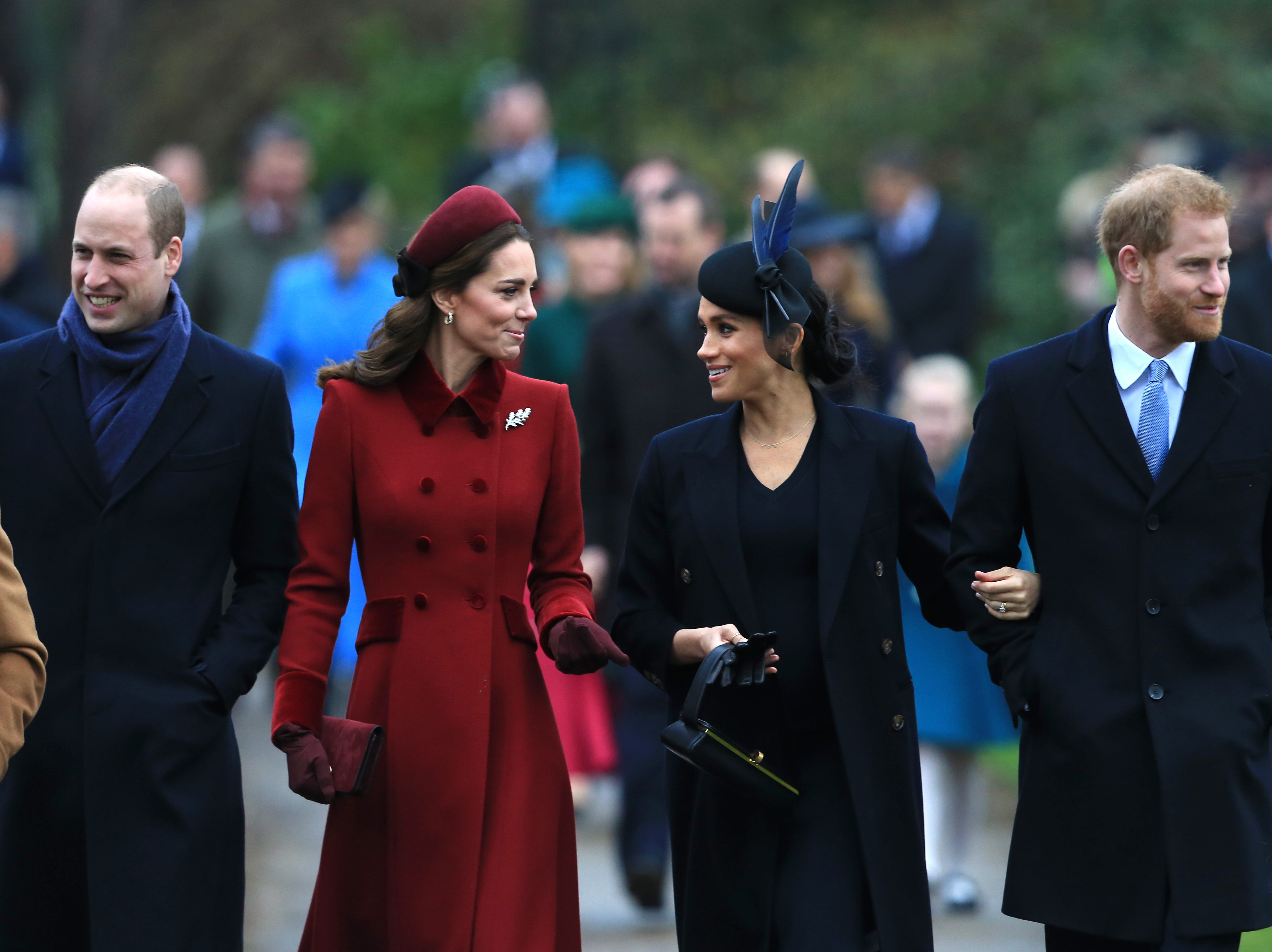 KING'S LYNN, ENGLAND - DECEMBER 25: (L-R) Prince William, Duke of Cambridge, Catherine, Duchess of Cambridge, Meghan, Duchess of Sussex and Prince Harry, Duke of Sussex arrive to attend Christmas Day Church service at Church of St Mary Magdalene on the Sandringham estate on December 25, 2018 in King's Lynn, England. (Photo by Stephen Pond/Getty Images) ORG XMIT: 775272416 ORIG FILE ID: 1086570358