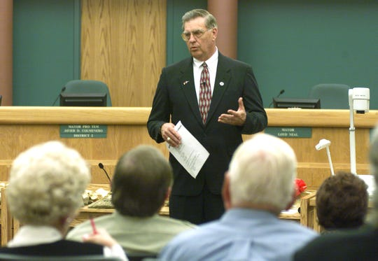 Corpus Christi Mayor Loyd Neal talks to representatives of organizations who received awards in November 1999 for cleaning up the city.