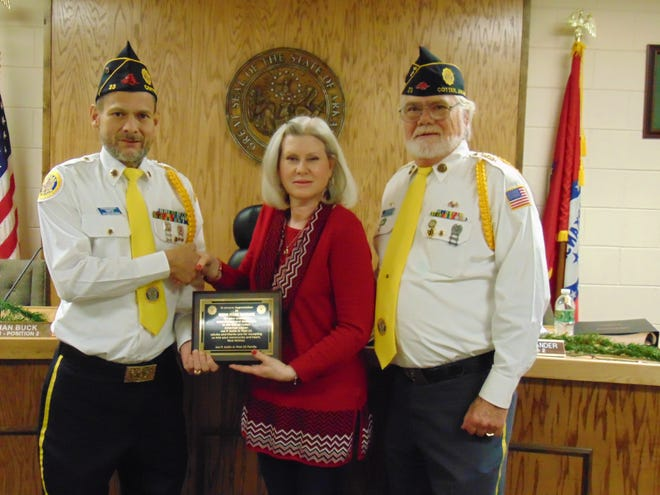 Steven Shriver(from left),Commander of the Joe P. Joslin American Legion Post 23,presents a plaque of appreciation for outgoing Cotter Mayor Peggy Hammack. Also pictured isPast Commander Steve Faught.