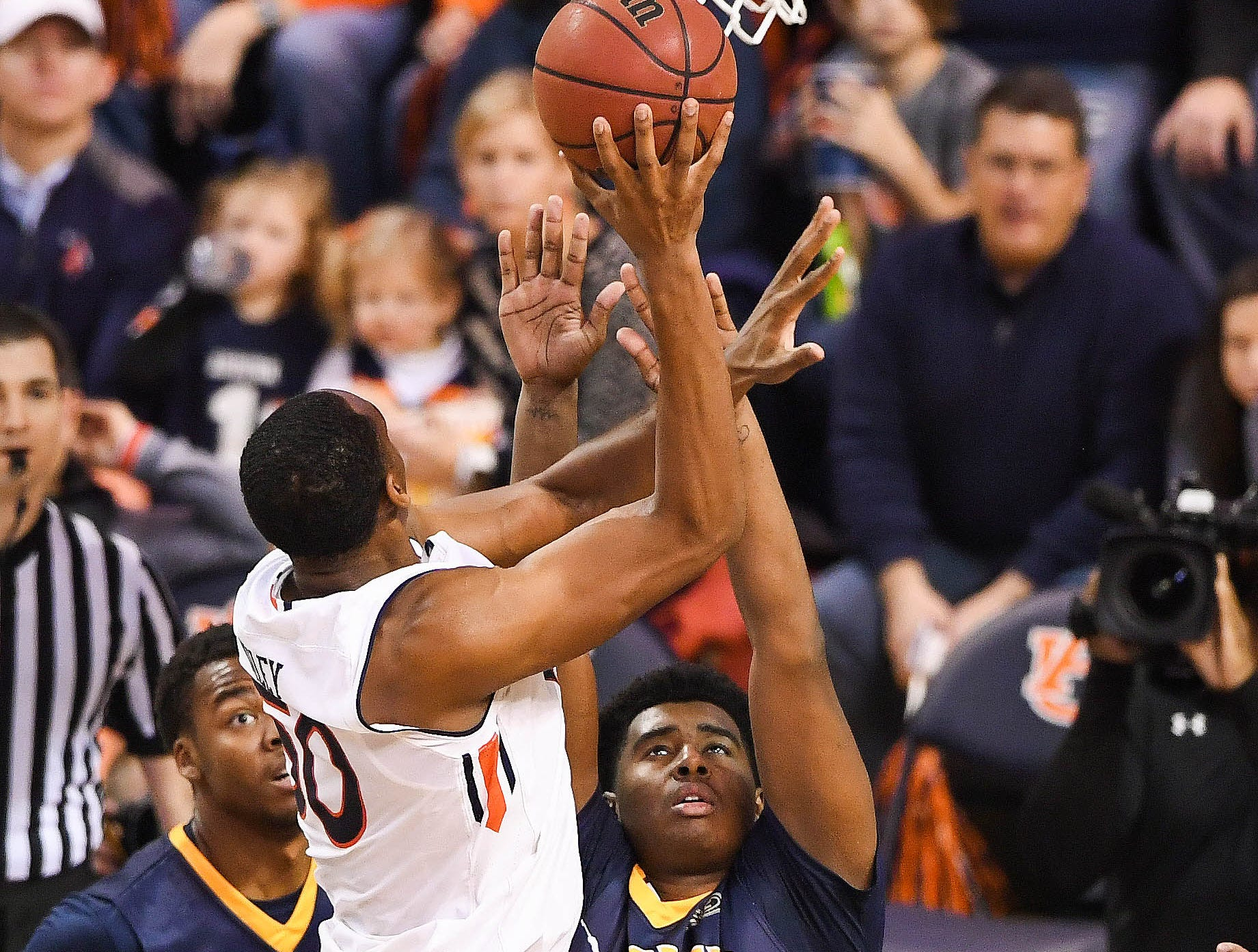 Dec 22, 2018; Auburn, AL, USA; Murray State Racers forward Darnell Cowart (32) defends Auburn Tigers center Austin Wiley (50) at the net during the second half at Auburn Arena. Mandatory Credit: Shanna Lockwood-USA TODAY Sports