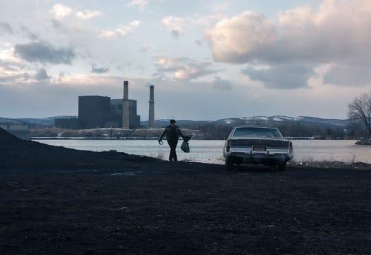 """Benicio Del Toro as Richard Matt in """"Escape at Dannemora""""  (Episode 6). - with the Bowline power plant in the background"""