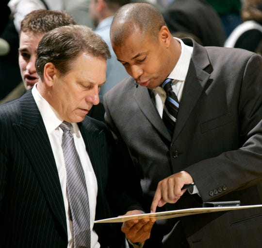 Tom Izzo talks over a play with associate head coach Mark Montgomery in 2008.