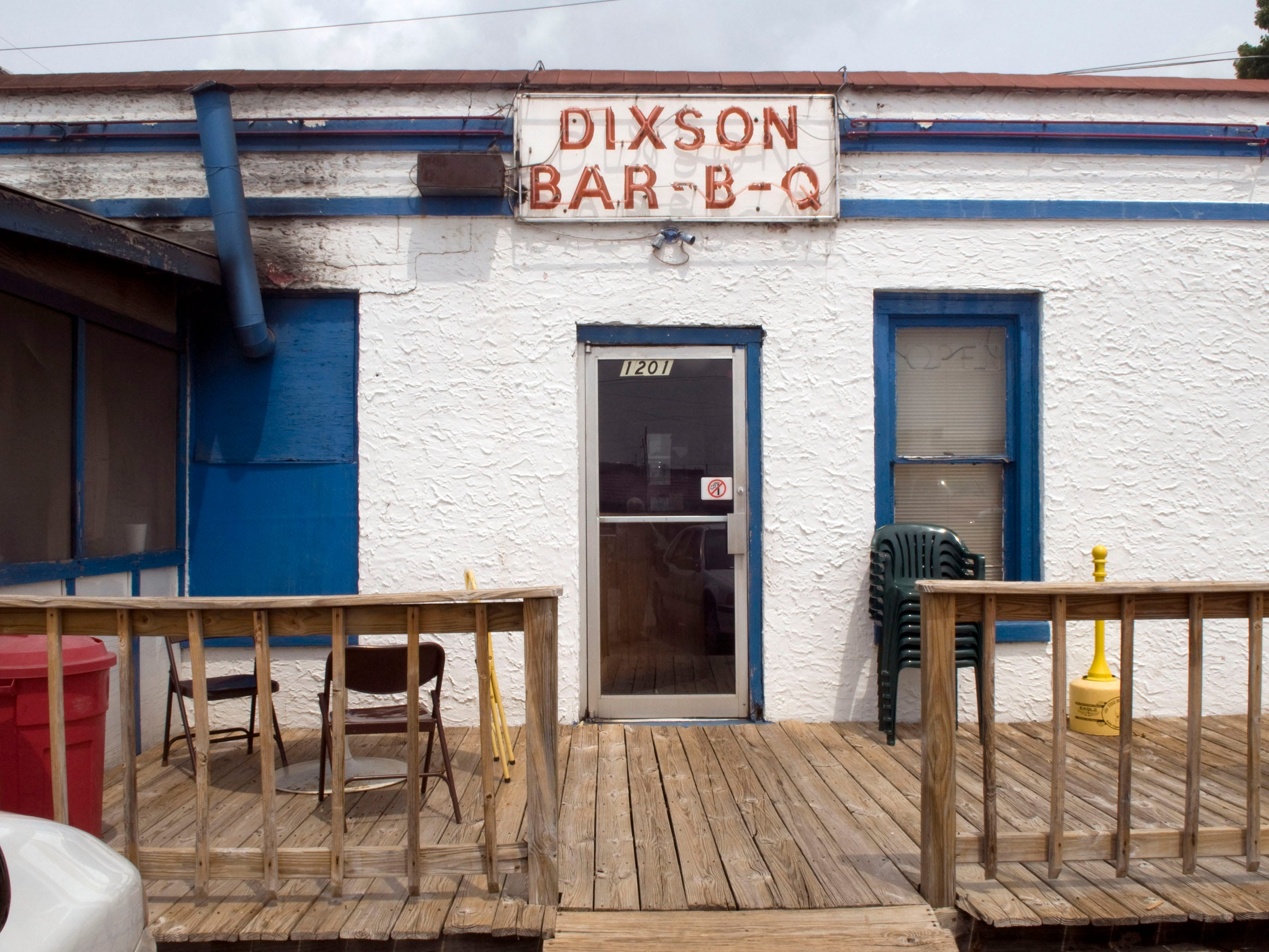 "Dixson's Barbecue in 2010 at the corner of Magnolia and Jessamine Street in East Knoxville. Toby Dixon is the owner but the Barbecue Restaurant is a family affair. Dixon""s father Bill works the front counter, while cousin Marvin Dixson can be found looking after the ribs and chicken on the smoker and Wayne McCallie can be found in the kitchen tending to the side dishes and the sauce."