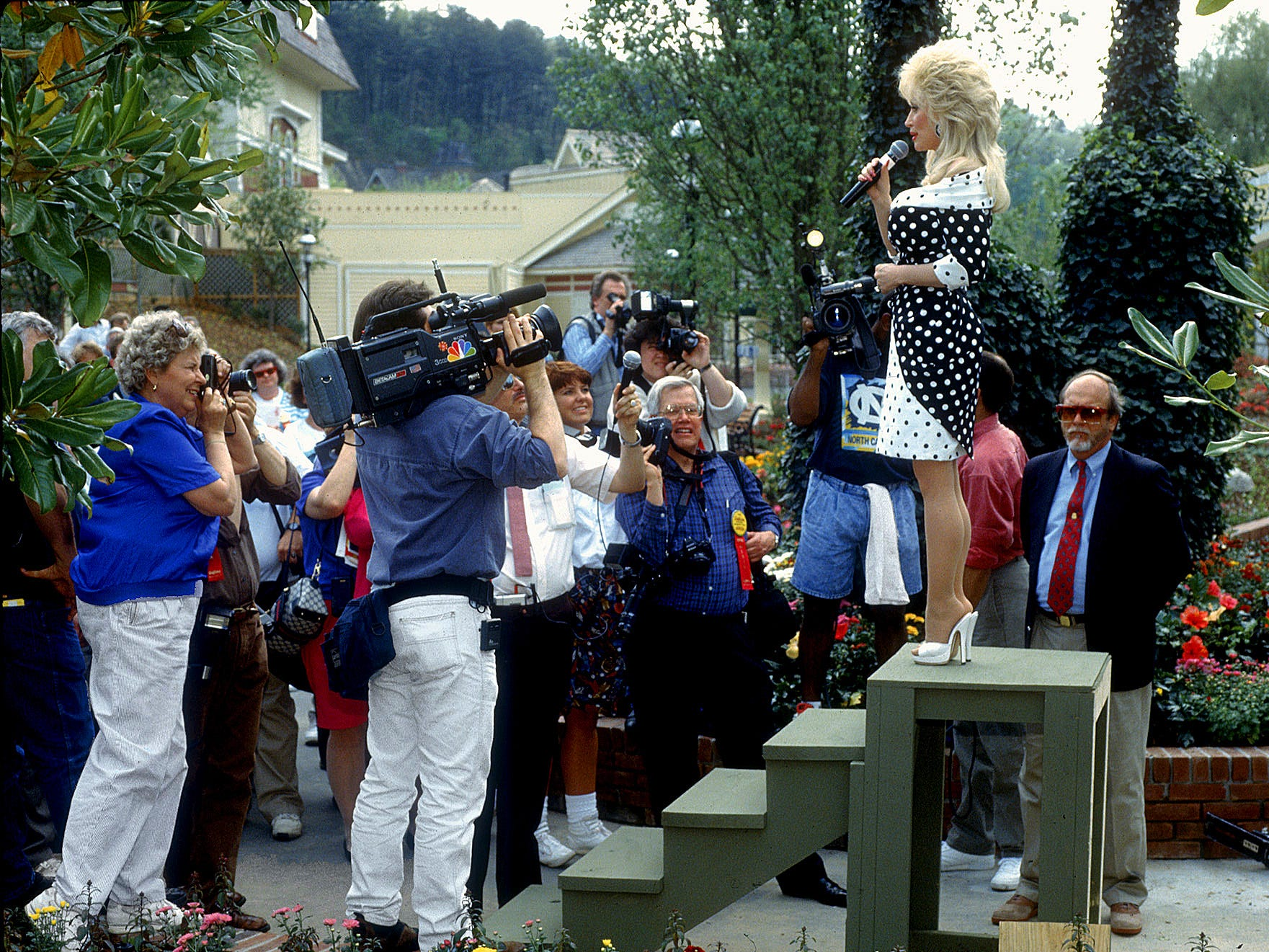 Talking to the media on April 25, 1992, Dolly Parton marks the expansion of her theme park.