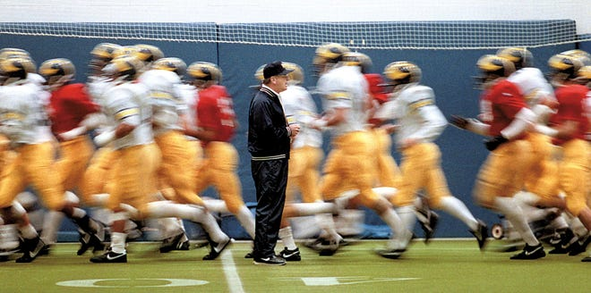 Bo Schembechler avec ses joueurs de football du Michigan lors de l'entraînement en octobre 1986 à Ann Arbor, avant le match où il remporta sa 200e victoire en carrière.