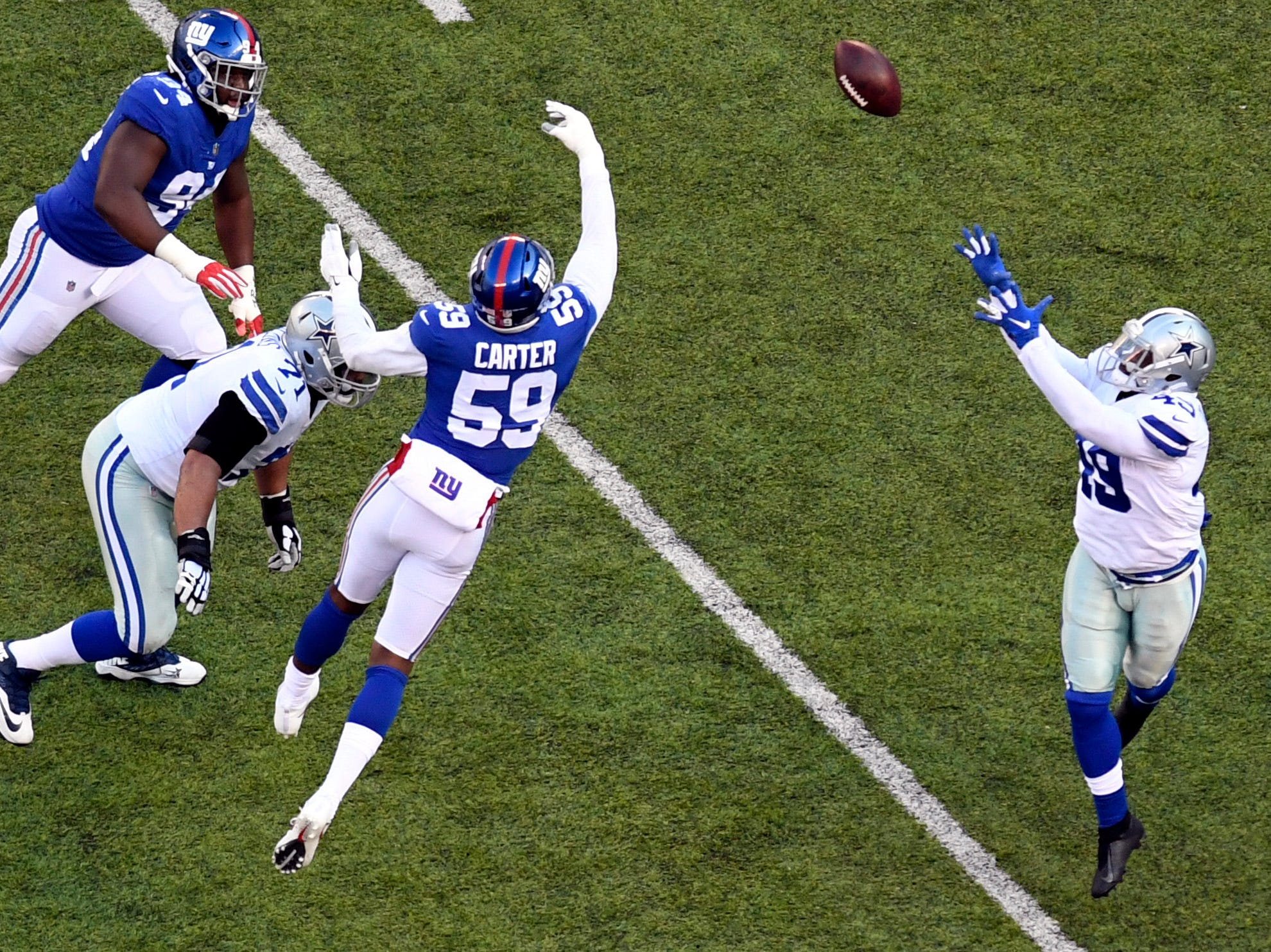 New York Giants linebacker Lorenzo Carter (59) tips a pss intended for Dallas Cowboys running back Jamize Olawale (49) in the first half. The New York Giants face the Dallas Cowboys in the last regular season game on Sunday, Dec. 30, 2018, in East Rutherford.