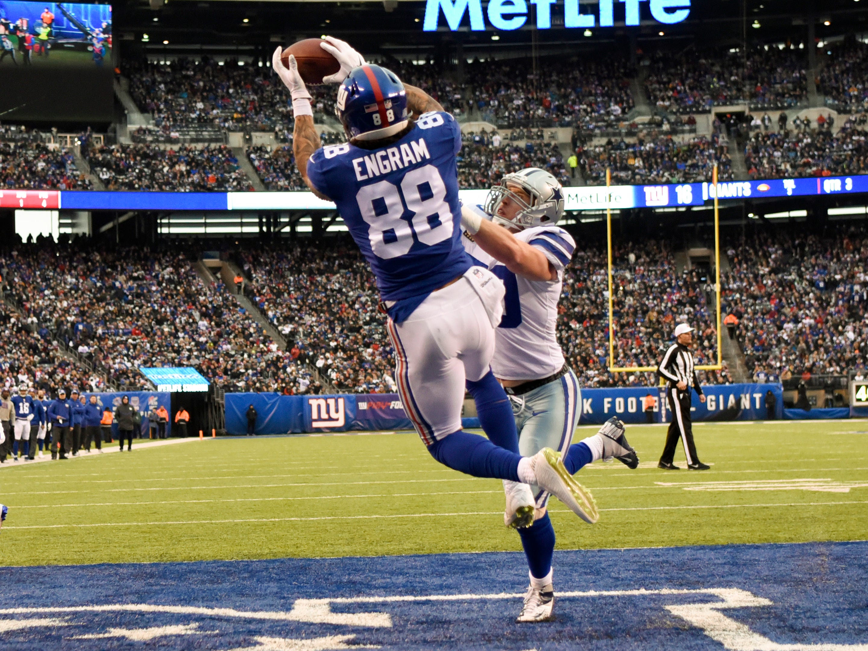 New York Giants tight end Evan Engram (88) completes a catch for a two-point conversion in the third quarter. The New York Giants lose to the Dallas Cowboys 36-35 on Sunday, Dec. 30, 2018, in East Rutherford.