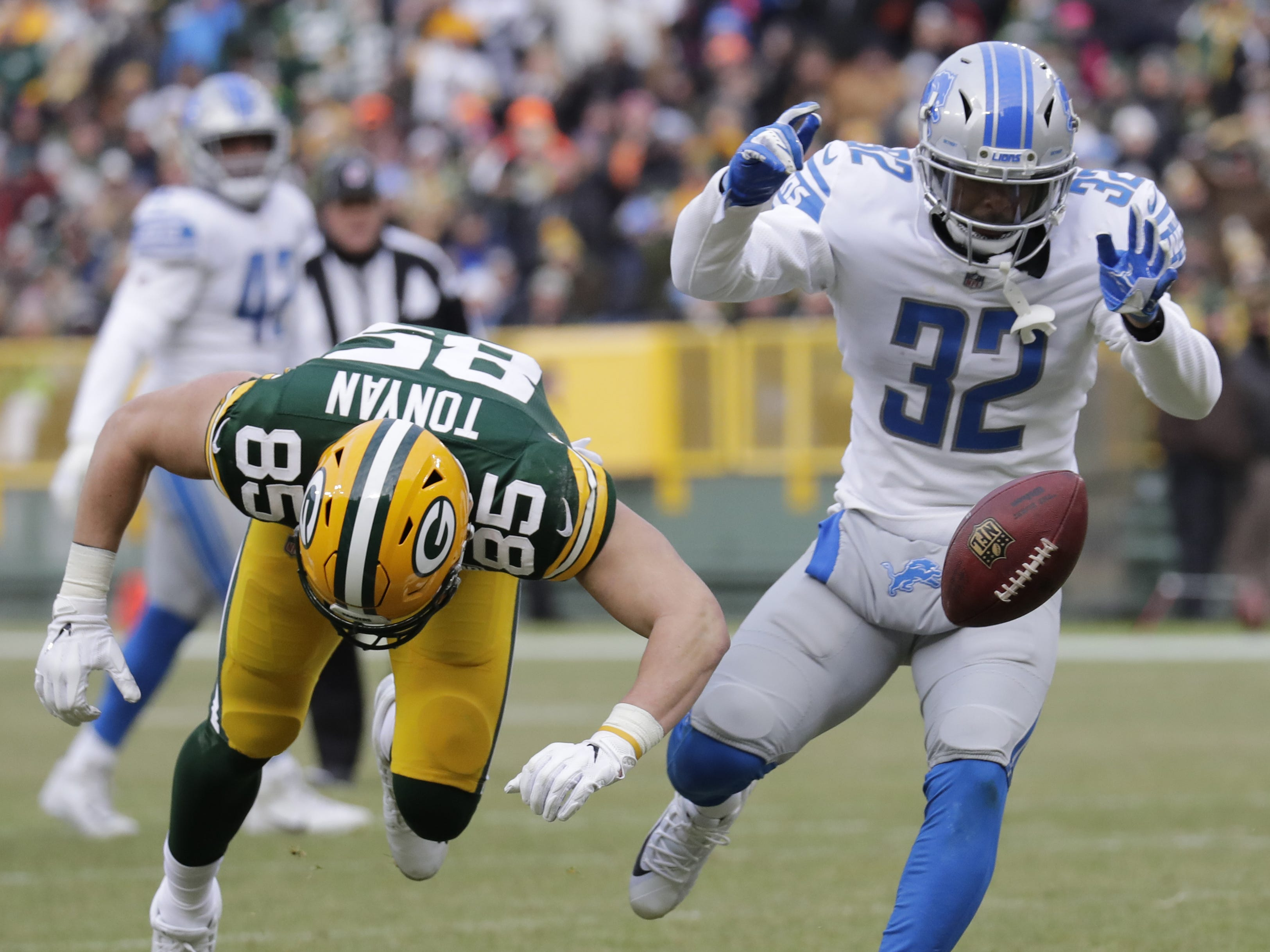 Green Bay Packers tight end Robert Tonyan (85) drops a pass against Detroit Lions defensive back Tavon Wilson (32) in the third quarter Sunday, December 30, 2018, at Lambeau Field in Green Bay, Wis.  Dan Powers/USA TODAY NETWORK-Wisconsin