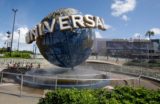 A lawsuit brought by a Guatemalan family whose father died after going on a ride says Universal Orlando Resort should have put warning signs in Spanish.