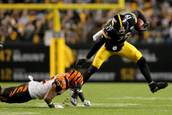 Pittsburgh Steelers wide receiver JuJu Smith-Schuster (19) beats Cincinnati Bengals cornerback William Jackson (22) in the fourth quarter of a Week 17 NFL football game, Sunday, Dec. 30, 2018, at Heinz Field in Pittsburgh. The Cincinnati Bengals lead 10-3 at halftime. The Pittsburgh Steelers won 16-13.