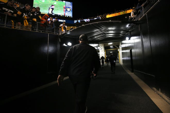 Cincinnati Bengals head coach Marvin Lewis walks off the field at the conclusion of a Week 17 NFL football game against the Pittsburgh Steelers, Sunday, Dec. 30, 2018, at Heinz Field in Pittsburgh. The Pittsburgh Steelers won 16-13.
