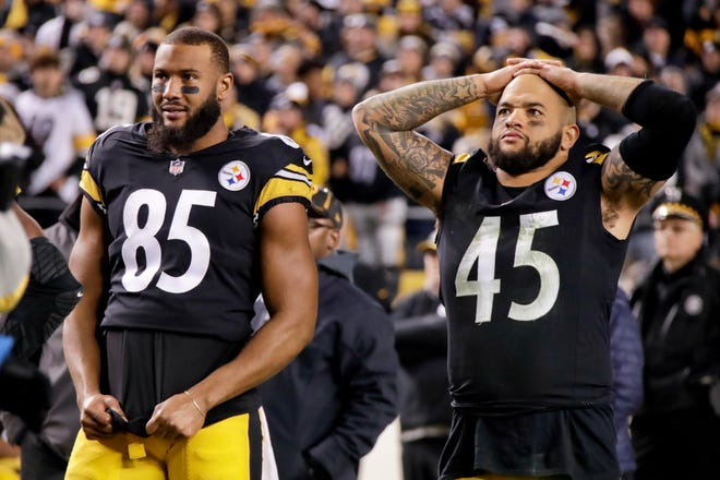 Pittsburgh Steelers tight end Xavier Grimble (85) and fullback Roosevelt Nix-Jones (45) watch the end of the Cleveland Browns and the Baltimore Ravens game.