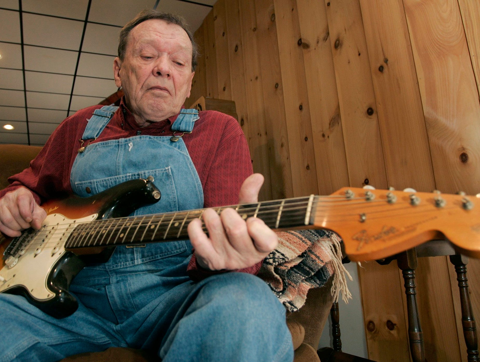 Chips Moman playing on his guitar at his home on Thursday, Jan. 31, 2008, in LaGrange, Ga.   (AP Photo/Tami Chappell)