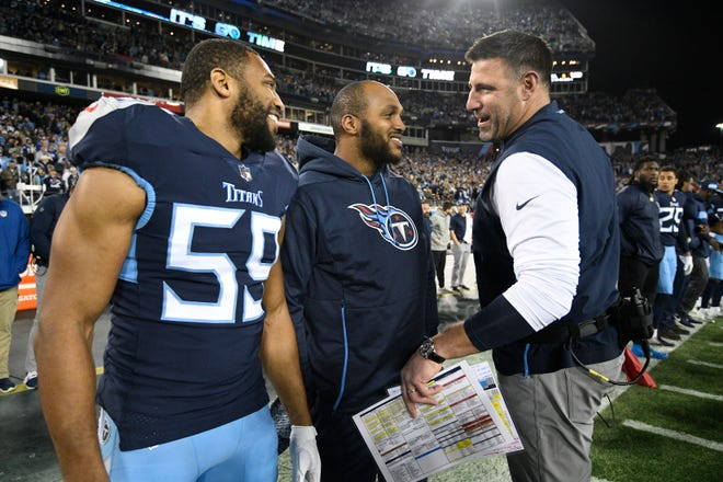 Titans coach Mike Vrabel chats with linebacker Wesley Woodyard (59) and injured defensive tackle Jurrell Casey (99) before the game Sunday.