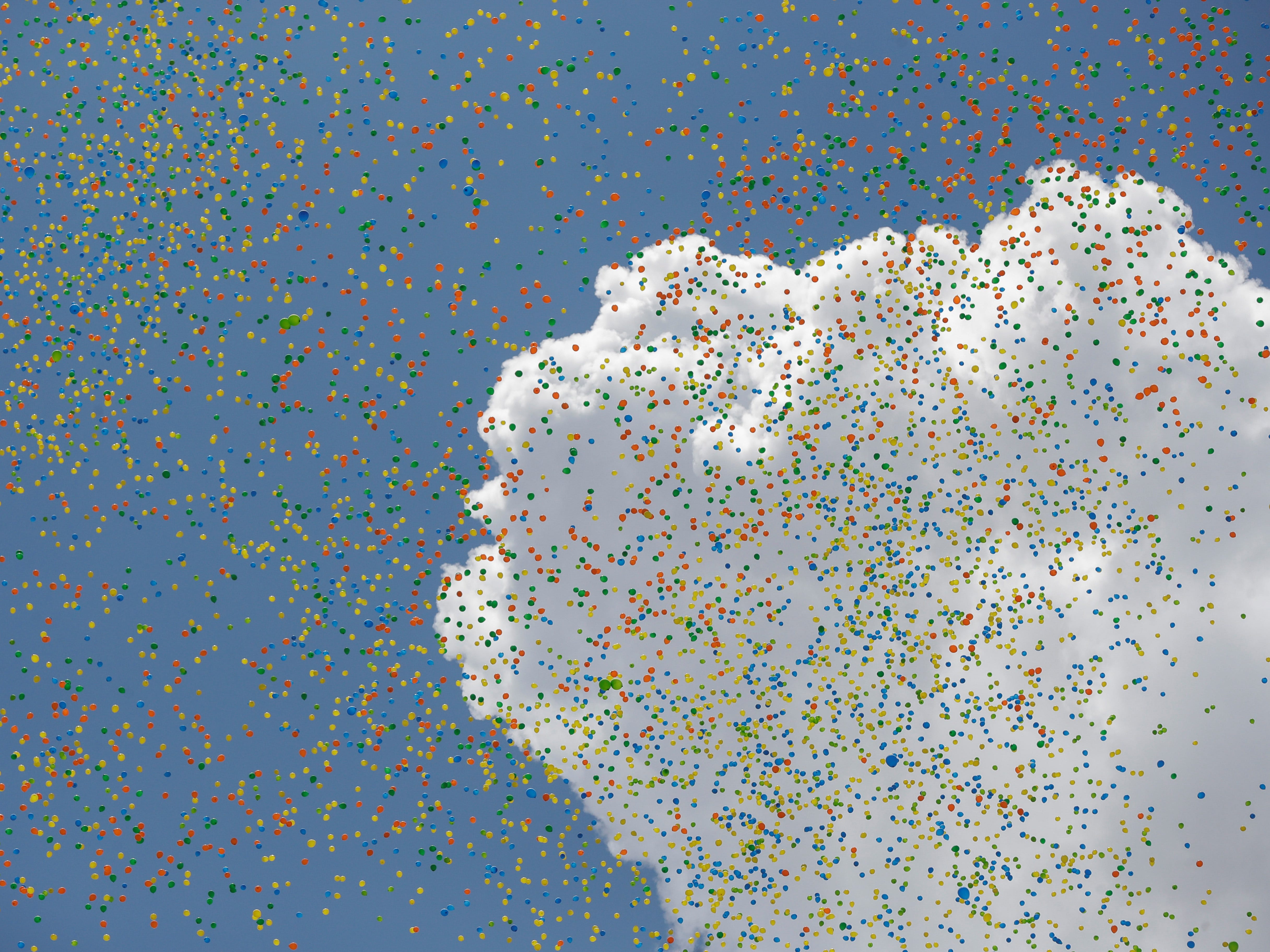 epaselect epa07251801 Members of the Commercial Association of Sao Paulo (ACSP) launch around 50,000 balloons in a traditional ceremony to greet the arrival of the coming New Year and bid farewell to 2018, in the central region of Sao Paulo, Brazil, 28 December 2018.  EPA-EFE/Sebastiao Moreira ORG XMIT: AME2425
