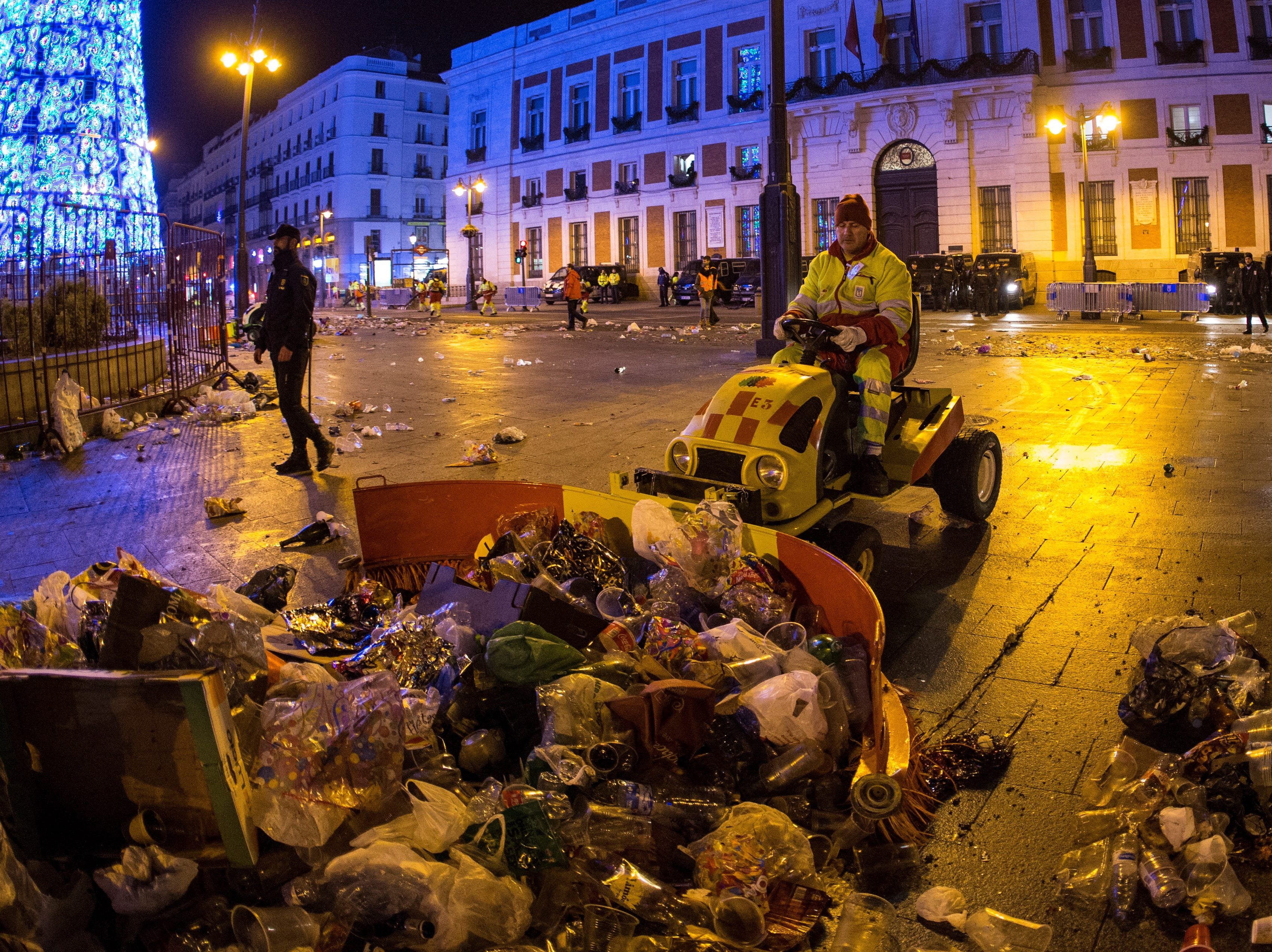 epa07256497 Municipal workers clean Puerta del Sol square after New Year's celebrations in downtown Madrid, Spain, early morning 01 January 2019. Several thousand people celebrated New Year at the square by partying and traditionally eating 12 grapes to the sound of the Puerta del Sol clock's strokes at midnight.  EPA-EFE/RODRIGO JIMENEZ ORG XMIT: GRAF3835