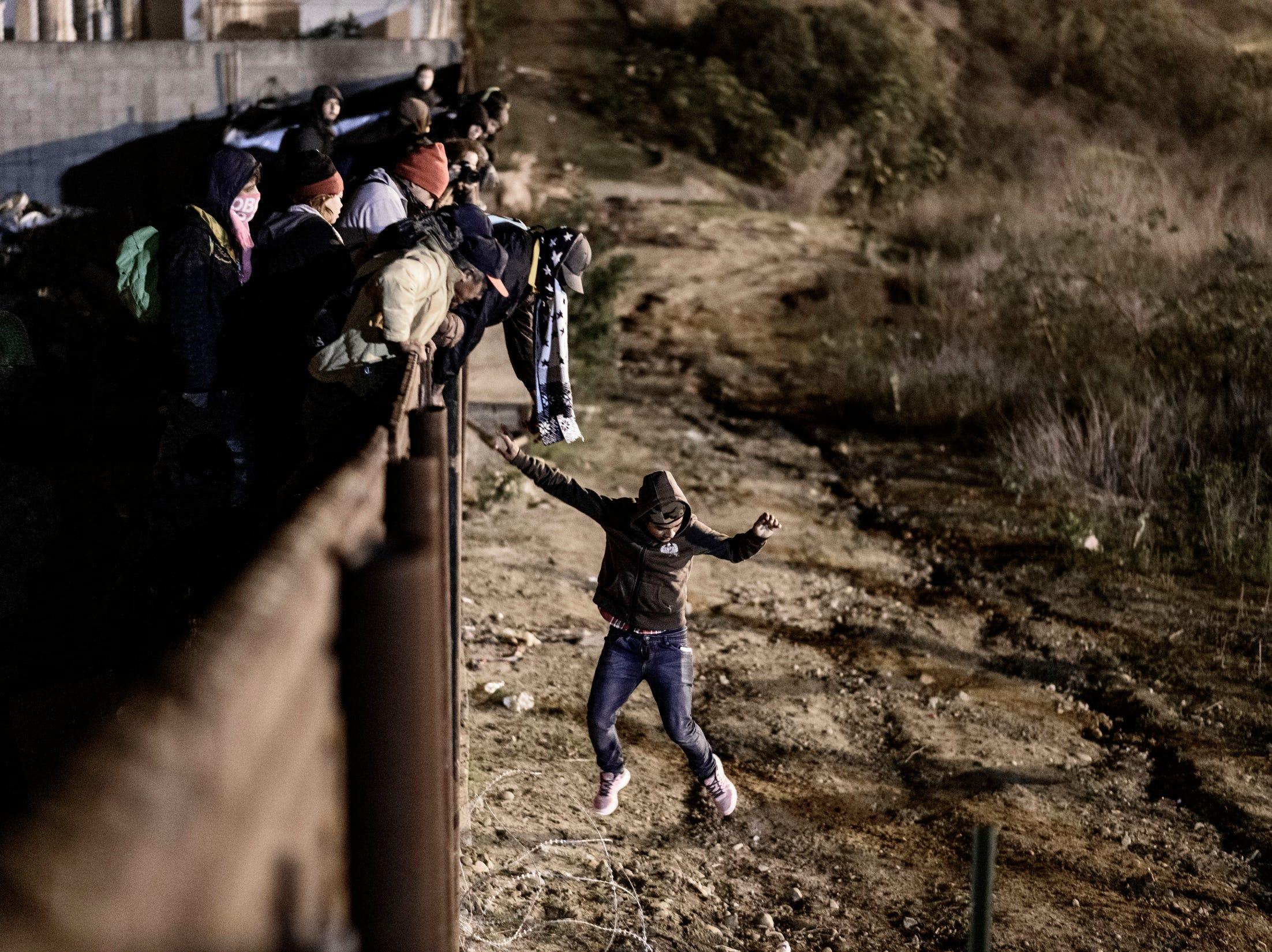 Las autoridades estadounidenses lanzaron gas lacrimógeno hacia territorio mexicano durante las primeras horas del martes para repeler a unos 150 migrantes que trataban de cruzar la valla fronteriza en Tijuana.  La Oficina de Aduanas y Protección Fronteriza (CBP por sus siglas en inglés) dijo en un comunicado que se lanzó el gas contra personas que arrojaban rocas, lejos de los migrantes que trataban de cruzar.